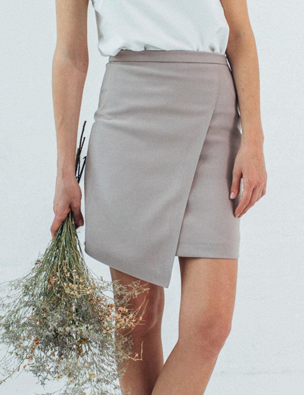bezowa-asymetryczna-spodnica-01a.jpg