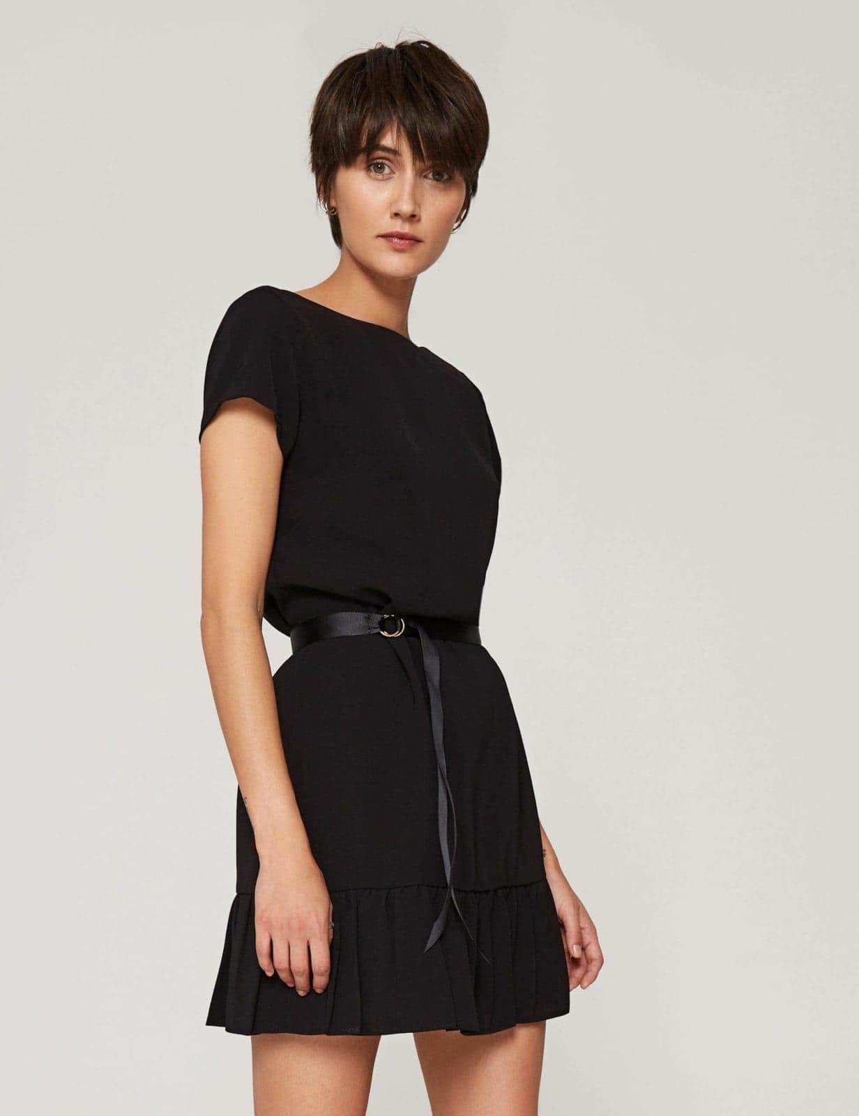 sukienka-z-dekoltem-v-czarna-03