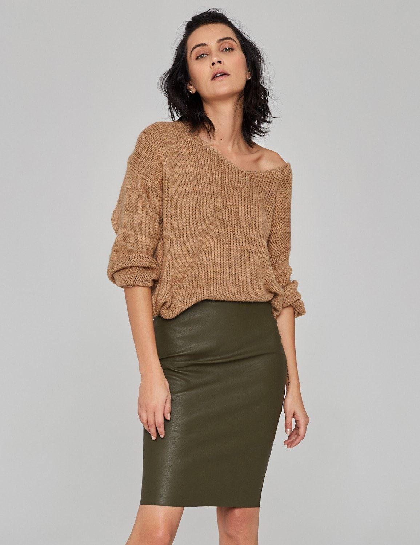 sweter o luznym splocie camel 01