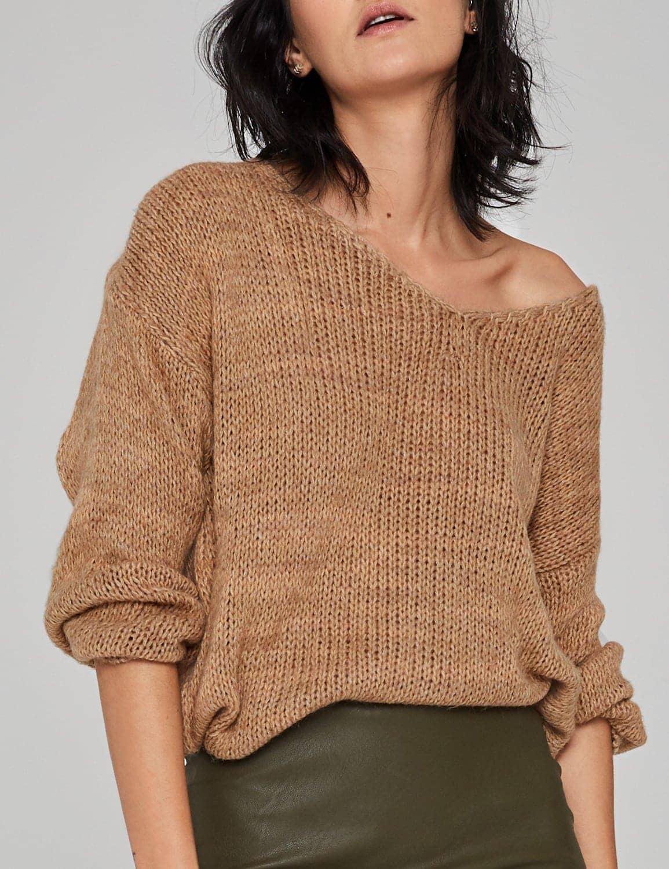 sweter o luznym splocie camel 03