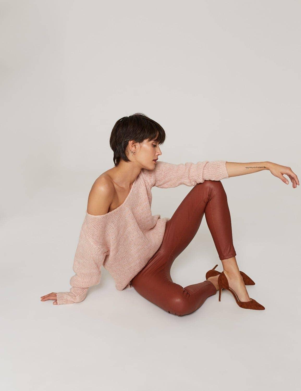 sweter-o-luznym-splocie-pastelowy-roz-02