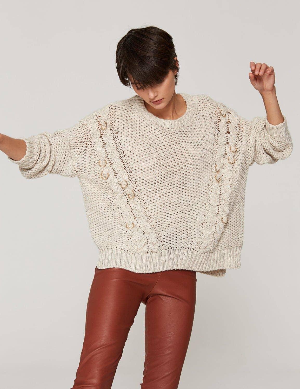 sweter-oversize-z-metalowymi-pierscieniami-01